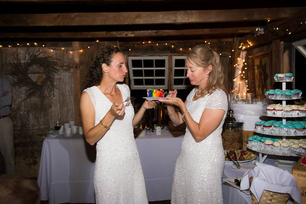 brides cutting the cake